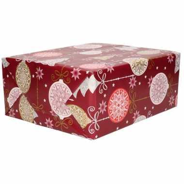 1x kerstpapier rol donkerrood met gekleurde grote ballen / bomen 70 x 200 cm