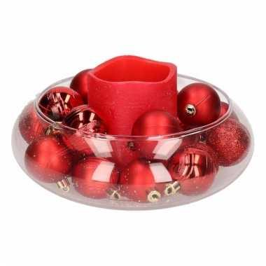 Diy kerstdecoratie ronde vaas met rode ballen en led kaars