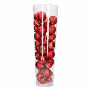 Diy kerstdecoratie vaas met rode kerstballen